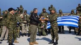 Ο υπουργός Εθνικής Άμυνας Πάνος Καμμένος (Κ), συνοδευόμενος από τον Αρχηγό ΓΕΣ Αντιστράτηγο Αλκιβιάδη Στεφανή, επισκέφθηκε το 4ο ΕΤΕΘ στη Σάμο, καθώς και το Λόχο Πλωτών Μέσων του 4ου ΕΤΕΘ ενώ στη συνέχεια, στο πλαίσιο της έκτακτης ΤΑΜΣ «ΑΣΤΡΑΠΗ» που διατάχθηκε προ 12ώρου, επισκέφθηκε την Ικαρία, όπου παρακολούθησε ανακατάληψη αεροδρομίου από μονάδα Εθνοφυλακής, Σάββατο 04 Μαρτίου 2017. ΑΠΕ-ΜΠΕ/ΓΡΑΦΕΙΟ ΤΥΠΟΥ ΥΠΕΘΑ/STR