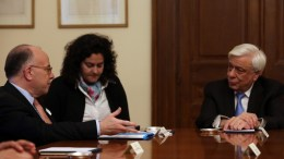 Ο Πρόεδρος της Δημοκρατίας Προκόπης Παυλόπουλος (Δ) συνομιλεί με τον Γάλλο πρωθυπουργό Bernard Cazeneuve (Α) στη σημερινή τους συνάντηση στο Προεδρικό Μέγαρο, Παρασκευή 3 Μαρτίου 2017. ΑΠΕ-ΜΠΕ/Αλέξανδρος Μπελτές