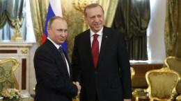 Η Gazprom έχει τοποθετήσει 170 χιλιόμετρα αγωγού στην Μαύρη Θάλασσα. Στη φωτογραφία αρχείου εικονίζονται οι πρόεδροι Ρωσίας και Τουρκίας Πούτιν και Ερντογάν, αντίστοιχα. EPA/SERGEI ILNITSKY