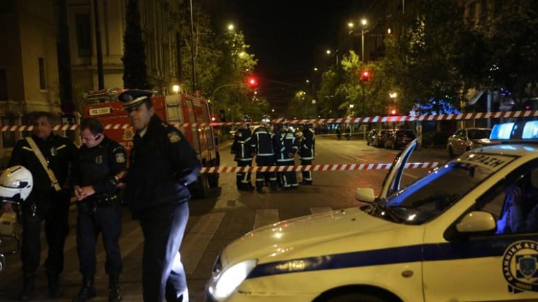 Άνδρες της πυροσβέστικής και της αστυνομίας έχουν αποκλείσει το σημείο και ψάχνουν για ευρήματα μετά την ισχυρή έκρηξη βόμβας, στο κτίριο που στεγάζονται τα κεντρικά γραφεία ανθρώπινου δυναμικού της EUROBANK, στην οδό Σανταρόζα 7, την Τετάρτη 19 Απριλίου 2017. Η έκρηξη σημειώθηκε στις 22.40, αφού είχε προηγηθεί τηλεφώνημα αγνώστου στην ιστοσελίδα zougla. ΑΠΕ ΜΠΕ, ΟΡΕΣΤΗΣ ΠΑΝΑΓΙΩΤΟΥ