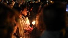 Κόσμος ακολουθεί την περιφορά τού Επιταφίου της Αγίας Αικατερίνης στην Πλάκα, Μεγάλη Παρασκευή 14 Απριλίου 2017. ΑΠΕ-ΜΠΕ, Αλέξανδρος Μπελτές