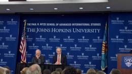 Ο υπουργός Οικονομικών της Γερμανίας Σόιμπλε με τον Τζον Λίπσκι, πρώην νούμερο δύο του ΔΝΤ. Φωτογραφία www.mignatiou.com