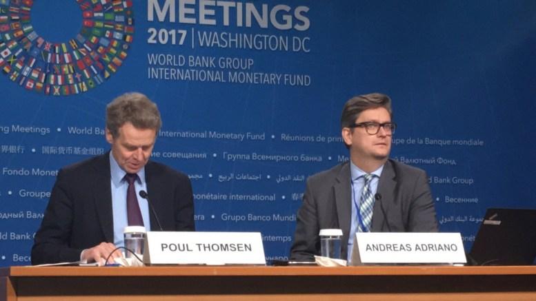 Ο Πολ Τόμσεν με τον Ανδρέα Αδριάνο του Γραφείου Τύπου του ΔΝΤ. Φωτογραφία ΛΕΝΑ ΑΡΓΥΡΗ