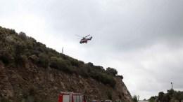 Στρατιωτικό ελικόπτερο πετάει πάνω από το σημείο όπου συνετρίβη το στρατιωτικό ελικόπτερο UH-1H στην περιοχή του Σαρανταπόρου Ελασσόνας. ΑΠΕ- ΜΠΕ, Δημήτρης Στραβού