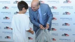 Ο Α' Αντιπρόεδρος της Ιπποδρομίες ΑΕ, Σπύρος Φωκάς, προσφέρει δώρα