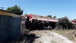 Βαγόνια της επιβατικής αμαξοστοιχίας intercity μετά τον εκτροχιασμό της, στα 200 μέτρα πριν τον Σιδηροδρομικό σταθμό Αδένδρου, ενώ εκτελούσε το δρομολόγιο Αθήνα - Θεσσαλονίκη, την Κυριακή 14 Μαΐου 2017. Τρεις εκ των επιβαινόντων βρήκαν τραγικό θάνατο και άλλοι έξι νοσηλεύονται. ΑΠΕ-ΜΠΕ, STR