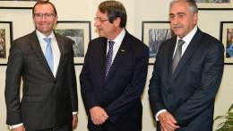 Ο Πρόεδρος της Κυπριακής Δημοκρατίας, Νίκος Αναστασιάδης, o κατοχικός ηγέτης, Mustafa Akinci, Μουσταφά Ακιντζί και ο ειδικός σύμβουλος του γενικού γραμματέα του ΟΗΕ, Έσπεν Μπαρθ Έιντε. Φωτογραφία Aρχείου, ΧΡ. ΑΒΡΑΑΜΙΔΗΣ
