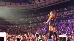 Η Αριάνα Γκράντε στη συναυλία. Φωτογραφία via Twitter, @Alanfisher100