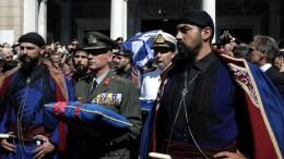 Τα εγγόνια του πρώην πρωθυπουργού Κωνσταντίνου Μητσοτάκη μεταφέρουν τη σορό του μετά την εξόδιο ακολουθία με τιμές εν ενεργεία πρωθυπουργού στην Ιερά Μητρόπολη Αθηνών, την Τετάρτη 31 Μαΐου 2017. ΑΠΕ-ΜΠΕ, ΣΥΜΕΛΑ ΠΑΝΤΖΑΡΤΖΗ