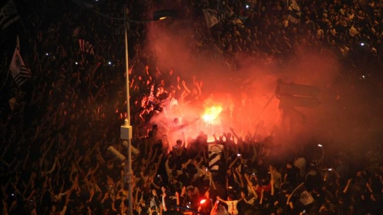 File Photo: Φίλαθλοι του ΠΑΟΚ πανηγυρίζουν μπροστά από το Λευκό Πύργο μετά το τέλος του τελικού αγώνα κυπέλλου Ελλάδας, μεταξύ των ομάδων του ΠΑΟΚ και της ΑΕΚ, το Σάββατο 6 Μαΐου 2017, στο «Πανθεσσαλικό» Στάδιο, στο Βόλο. ΑΠΕ ΜΠΕ, PIXEL, ΣΩΤΗΡΗΣ ΜΠΑΡΜΠΑΡΟΥΣΗΣ