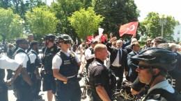 Αμερικανοί αστυνομικοί ανάμεσα σε Κούρδους διαδηλωτές και Τούρκους μπάτσους, έξω από τον Λευκό Οίκο. Photo via www.mignatiou.com
