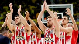 Olympiacos Piraeus players applaud fans after winning the Euroleague Final Four semi final basketball match between CSKA Moscow and Olympiacos Piraeus in Istanbul, Turkey, 19 May 2017.  EPA/SEDAT SUNA