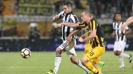 Ο παίκτης του ΠΑΟΚ Χάρης Χαρίσης (Α) και ο παίκτης της ΑΕΚ Γιάκομπ Γιόχανσον (Δ) διεκδικούν την μπάλα κατά τη διάρκεια του τελικού αγώνα κυπέλλου Ελλάδας, το Σάββατο 6 Μαΐου 2017, στο «Πανθεσσαλικό» Στάδιο, στο Βόλο. Για 5η φορά στην ιστορία του ο ΠΑΟΚ στέφθηκε Κυπελλούχος Ελλάδας, καθώς στον τελικό που διεξήχθη στο Πανθεσσαλικό στάδιο και σημαδεύθηκε από σοβαρά επεισόδια πριν την έναρξη, νίκησε 2-1 την ΑΕΚ. ΑΠΕ ΜΠΕ/PIXEL/ΣΩΤΗΡΗΣ ΜΠΑΡΜΠΑΡΟΥΣΗΣ