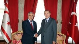 Ο ισλαμιστής πρόεδρος της Τουρκίας Ταγίπ Ερντογάν με τον κατοχικό ηγέτη Μουσταφά Ακιντζί. Φωτογραφία Αρχείου, ΤΟΥΡΚΙΚΗ ΠΡΟΕΔΡΙΑ