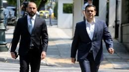 Ο πρωθυπουργός Αλέξης Τσίπρας (Δ) συνοδευόμενος από τον υπουργό Επικρατείας και Κυβερνητικό Εκπρόσωπο Δημήτριο Τζανακόπουλο (Α).  ΑΠΕ-ΜΠΕ, Παντελής Σαίτας