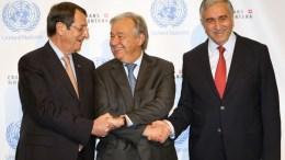 ΦΩΤΟΓΡΑΦΙΑ ΑΡΧΕΙΟΥ. Ο Γενικός Γραμματέας του ΟΗΕ Αντόνιο Γκουτέρες(Κ) με τον Πρόεδρο της Δημοκρατίας Νίκο Αναστασιάδη(Α) και τον ηγέτη της Τουρκοκυπριακής κοινότητας Μουσταφά Ακιντζί(Δ) ενώνουν τα χέρια του στη Διάσκεψη για το Κυπριακό, στο Crans Montana της Ελβετίας, Παρασκευή 30 Ιουνίου 2017. Συνεχίζονται για τρίτη κατά σειρά μέρα, οι εργασίες της Διάσκεψης για το Κυπριακό στο Κραν Μοντάνα της Ελβετίας παρουσία του Γενικού Γραμματέα του ΟΗΕ Αντόνιο Γκουτέρες.ΑΠΕ-ΜΠΕ/ ΚΥΠΕ/ΚΑΤΙΑ ΧΡΙΣΤΟΔΟΥΛΟΥ