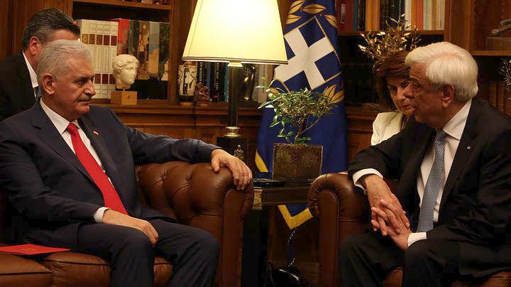 Ο ΠτΔ Προκόπης Παυλόπουλος συνομιλεί με τον Τούρκο πρωθυπουργό Γιλντιρίμ. ΑΠΕ-ΜΠΕ/Αλέξανδρος Μπελτές