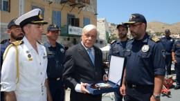 Ο Πρόεδρος της Ελληνικής Δημοκρατίας Προκόπης Παυλόπουλος (Κ), επισκέφθηκε το 549 Τάγμα Εθνοφυλακής στη Σύμη, καθώς και την Πυραυλάκατο «ΠΕΖΟΠΟΥΛΟΣ» που είχε καταπλεύσει στο λιμάνι του νησιού στο πλαίσιο της αποστολής της, Τρίτη, 18 Ιουλίου 2017. ΑΠΕ-ΜΠΕ, ΓΡΑΦΕΙΟ ΤΥΠΟΥ ΥΠΕΘΑ, STR