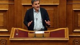 Ο υπουργός Οικονομικών Ευκλείδης Τσακαλώτος απευθύνεται στην ολομέλεια της Βουλής. ΑΠΕ-ΜΠΕ, ΟΡΕΣΤΗΣ ΠΑΝΑΓΙΩΤΟΥ
