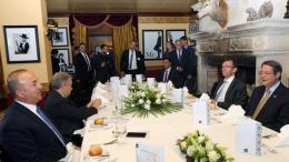 Στιγμιότυπο από γεύμα στο πλαίσιο της Διάσκεψης για το Κυπριακό, που πραγματοποιήθηκε στο Κραν Μοντάνα στην Ελβετία. Φωτογραφία: ΚΥΠΕ.