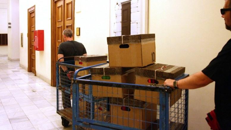 ΦΩΤΟΓΡΑΦΙΑ ΑΡΧΕΙΟΥ. Κιβώτια που περιέχουν φακέλους με το υλικό με τις καταθέσεις 88 μαρτύρων στην Ολομέλεια της Ειδικής Εξεταστικής Επιτροπής της Βουλής των Ελλήνων για τον Φάκελο της Κύπρου. ΑΠΕ-ΜΠΕ/ΒΟΥΛΗ ΤΩΝ ΕΛΛΗΝΩΝ.
