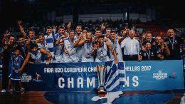 Έναν έναν συνεχάρη ο πρωθυπουργός Αλέξης Τσίπρας τους καλαθοσφαιριστές, αλλά και τα μέλη του τεχνικού επιτελείο της Εθνικής Ομάδας Νέων, που κατέκτησε το ευρωπαϊκό πρωτάθλημα Μπάσκετ, κατά τη συνάντηση τους στο Μέγαρο Μαξίμου.. Φωτογραφία ΑΠΕ-ΜΠΕ