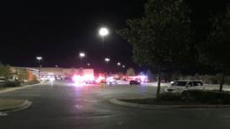 Οκτώ νεκροί και 28 τραυματίες βρέθηκαν μέσα σε ρυμουλκούμενο φορτηγό που ήταν σταθμευμένο σε χώρο στάθμευσης στο Σαν Αντόνιο, μια πόλη κοντά στα σύνορα με το Μεξικό στο Τέξας. Φωτογραφία: Πρώτο Θέμα.