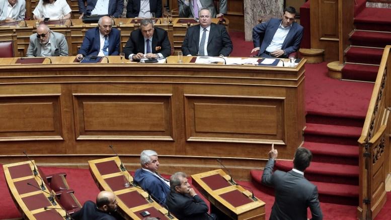 FILE PHOTO: Ο πρόεδρος της ΝΔ Κυριάκος Μητσοτάκης (Δ-κάτω) μιλάει στη συνεδρίαση της Ολομέλειας της Βουλής στον πρωθυπουργό και τον υπουργό Άμυνας. ΑΠΕ-ΜΠΕ, ΣΥΜΕΛΑ ΠΑΝΤΖΑΡΤΖΗ