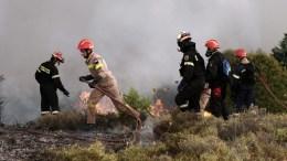 Πυροσβέστες επιχειρούν κατάσβεση  πυρκαγιάς που είναι σε εξέλιξη.  ΑΠΕ-ΜΠΕ, ΣΥΜΕΛΑ ΠΑΝΤΖΑΡΤΖΗ