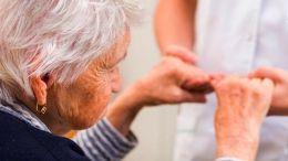 Μεγαλύτερος ο κίνδυνος Αλτσχάιμερ και άνοιας για τους ηλικιωμένους ανθρώπους που εμφανίζουν μεγάλες αυξομοιώσεις αρτηριακής πίεσης από μέρα σε μέρα. Φωτογραφία ΑΠΕ-ΜΠΕ