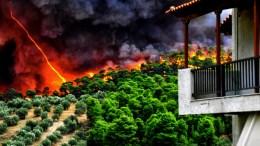 Οι φλόγες έφτασαν κοντά στα σπίτια από την πυρκαγιά που εκδηλώθηκε από άγνωστη μέχρι στιγμής αιτία σε δύσβατη δασική περιοχή στο Ρυτό Κορινθίας, τη Δευτέρα 21 Αυγούστου 2017. ΑΠΕ ΜΠΕ/ΒΑΣΙΛΗΣ ΨΩΜΑΣ