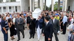 Συγγενείς και φίλοι συνοδεύουν την Ζωή Λάσκαρη στο Α Νεκροταφείο , Τρίτη 22 Αυγούστου 2017. Κηδεύτηκε στο Α' Νεκροταφείο Αθηνών η ηθοποιός Ζωή Λάσκαρη, η οποία έφυγε από τη ζωή την περασμένη Παρασκευή σε ηλικία 73 ετών. ΑΠΕ-ΜΠΕ/Παντελής Σαίτας