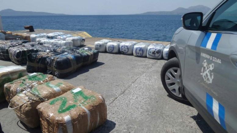 Στη θαλάσσια περιοχή νότια των Κυθήρων, έπειτα από έλεγχο που πραγματοποίησε σκάφος του λιμενικού, εντοπίστηκαν οι σχεδόν δύο τόνοι χασίς. Φωτογραφία: Πρώτο Θέμα.