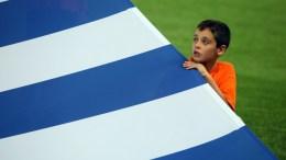 Νεαρός κρατάει την Ελληνική σημαία κατά τον Εθνικό ύμνο λίγο πριν την έναρξη του αγώνα Εθνική Ελλάδας Εθνική Εσθονίας για την 7η αγωνιστική του 8ου ομίλου, για την πρόκριση στην τελική φάση του Παγκοσμίου Κυπέλλου 2018, στο γήπεδο «Γ. Καραϊσκάκης», την Πέμπτη 31 Αυγούστου 2017. Τελικό αποτέλεσμα Ελλάδα Εσθονία 0 - 0. ΑΠΕ-ΜΠΕ/ΑΠΕ-ΜΠΕ/ΠΑΝΑΓΙΩΤΗΣ ΜΟΣΧΑΝΔΡΕΟΥ