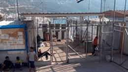 Από τότε που έκλεισε ο Βαλκανικός Διάδρομος πολλοί πρόσφυγες που έφτασαν στα ελληνικά νησιά του ανατολικού Αιγαίου έμειναν εκεί εγκλωβισμένοι χωρίς προοπτική. Ένα ρεπορτάζ της DW από το hot spot της Σάμου. Φωτογραφία: Deutsche Welle.