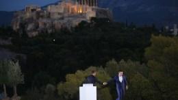 Ο πρωθυπουργός Αλέξης Τσίπρας δίνει το λόγο στον Πρόεδρο της Γαλλικής Δημοκρατίας Emmanuel Macron, στο λόφο της Πνύκας, με φόντο την Ακρόπολη, την Πέμπτη 7 Σεπτεμβρίου 2017. Ο Γάλλος Πρόεδρος Εμανουέλ Μακρόν (Emmanuel Macron) βρίσκεται στην Αθήνα για διήμερη επίσημη επίσκεψη μετά από πρόσκληση του Προέδρου της Δημοκρατίας Προκόπη Παυλόπουλου. ΑΠΕ-ΜΠΕ/ΑΠΕ-ΜΠΕ/ΟΡΕΣΤΗΣ ΠΑΝΑΓΙΩΤΟΥ