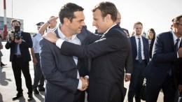 ΑΝΑΧΩΡΗΣΗ Ε. MACRON ΑΕΡΟΔΡΟΜΙΟ «ΕΛ. ΒΕΝΙΖΕΛΟΣ» ΑΛ. ΤΣΙΠΡΑΣ    Ο πρωθυπουργός Αλέξης Τσίπρας (Α) αποχαιρετά τον Γάλλο Πρόεδρο Εμανουέλ Μακρόν (Δ) (Emmanuel Macron) κατά τη διάρκεια της αναχώρησης του από το αεροδρόμιο «Ελ. Βενιζέλος» με το προεδρικό αεροσκάφος, επιστρέφοντας στη γαλλική πρωτεύουσα, έπειτα από τη διήμερη επίσημη παρουσία στην Αθήνα.  Η συνεργασία στον τομέα της αεροδιαστημικής είναι ένα από τα πρώτα θετικά της επίσκεψης.     ΑΠΕ ΜΠΕ/ΓΡΑΦΕΙΟ ΤΥΠΟΥ ΠΡΩΘΥΠΟΥΡΓΟΥ/Andrea Bonetti