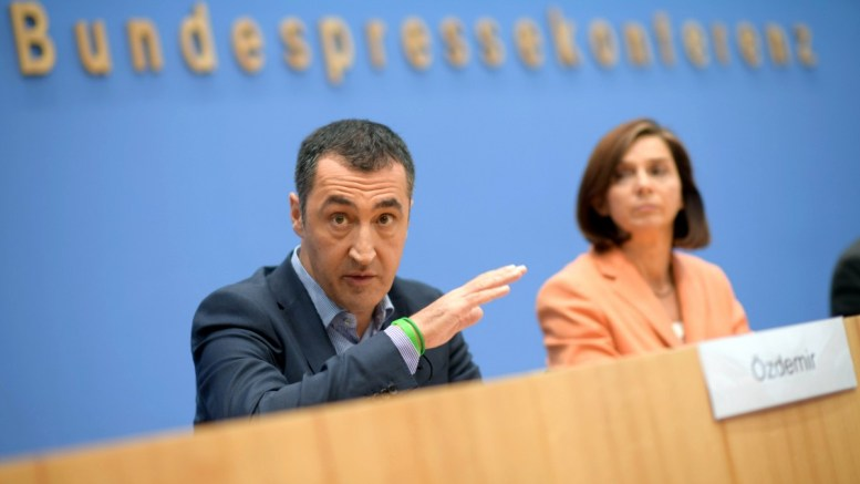 Cem Ozdemir (L), co-chairman of The Greens (Buendnis 90/Die Gruenen) party and co-top candidate for the general elections and Katrin Goering-Eckardt, co-chairwoman of The Greens (Buendnis 90/Die Gruenen) party and co-top candidate for the general elections during a news conference in Berlin, Germany, 25 September 2017. EPA, CLEMENS BILAN