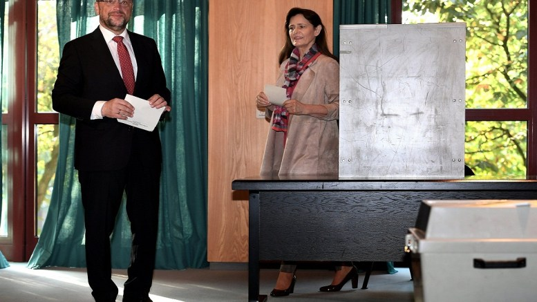 epa06223399 Martin Schulz (L), leader of the Social Democratic Party (SPD) and top candidate for Chancellor, and his wife Inge (R), arrive for voting at a polling station in Wuerselen, Germany, 24 September 2017. According to federal election commissioner more than 61 million people are eligible to vote in the elections for a new federal parliament, the Bundestag, in Germany.  EPA/SASCHA STEINBACH
