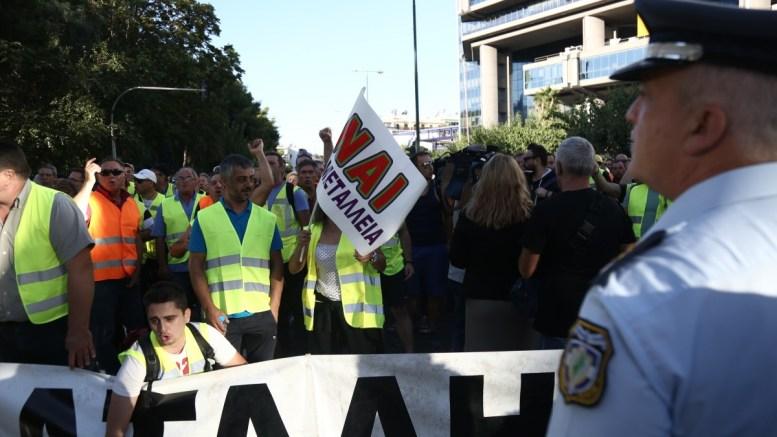 Μεταλλωρύχοι της Χαλκιδικής οι οποίοι έχουν φτάσει στην Αθήνα με οκτώ πούλμαν , πραγματοποιούν συγκέντρωση διαμαρτυρίας έξω από το υπουργείο Περιβάλλοντος, Πέμπτη 21 Σεπτεμβρίου 2017. ΑΠΕ-ΜΠΕ,  ΚΑΜΒΥΣΗΣ ΘΑΝΑΣΗΣ