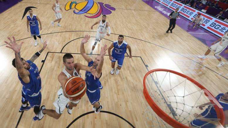 epa06195066 Lithuania's Mantas Kalnietis (C) in action against Greece's Georgios Printezis (L) and Nick Calathes (R) during the EuroBasket 2017 round of top 16 match between Lithuania and Greece, in Istanbul, Turkey 09 September 2017. EPA/SEDAT SUNA