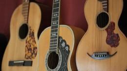 Λαϊκές κιθάρες που κατασκεύασαν Έλληνες οργανοποιοί από τις αρχές του αιώνα, συλλέγει ο Κώστας Μάντζιαρης στη Θεσσαλονίκη. Στολισμένες με όστρακα, με χαραγμένες το όνομα του οργανοποιού, η κάθε κιθάρα από τις 30 που έχει στη συλλογή του, λέει τη... δική της ιστορία στο ρεμπέτικο αφού χρησιμοποιούνταν κυρίως σ΄ αυτό το είδος μουσικής, Θεσσαλονίκη, Κυριακή 3 Σεπτεμβρίου 2017. Το κάθε όργανο είναι μοναδικό κομμάτι γιατί δημιουργούνταν κατά παραγγελία και σύμφωνα με τα γούστα του αγοραστή ενώ φέρουν την επιγραφή του κάθε οργανοποιού. Οι κιθάρες του κ.Μάντζιαρη δεν στολίζουν μόνο τους... τοίχους του σπιτιού του αλλά δίνονται για να παίξουν διάφορα μουσικά σχήματα, ακόμη και σε ηχογραφήσεις γιατί διαθέτουν ένα ιδιαίτερο ηχόχρωμα λόγω της κατασκευής και της παλαιότητάς τους. ΑΠΕ-ΜΠΕ/ ΑΠΕ-ΜΠΕ/ ΝΙΚΟΣ ΑΡΒΑΝΙΤΙΔΗΣ