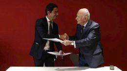 Ο υπουργός Οικονομίας και Ανάπτυξης Δημήτρης Παπαδημητρίου (Δ) ανταλλάσει χειραψία με τον Διευθύνων Σύμβουλο της Γαλλικής Αναπτυξιακής Τράπεζας Nicolas Dufourq (Α), κατά τη διάρκεια υπογραφής μνημονίου συνεργασίας, στο Ίδρυμα Σταύρος Νιάρχος. Παρασκευή 8 Σεπτεμβρίου 2017. Ο Γάλλος Πρόεδρος Εμανουέλ Μακρόν (Emmanuel Macron) βρίσκεται στην Αθήνα για διήμερη επίσημη επίσκεψη μετά από πρόσκληση του Προέδρου της Δημοκρατίας Προκόπη Παυλόπουλου. ΑΠΕ-ΜΠΕ/ΓΙΑΝΝΗΣ ΚΟΛΕΣΙΔΗΣ