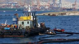 ΦΩΤΟΓΡΑΦΙΑ ΑΡΧΕΙΟΥ. Συνεργεία απορρύπανσης καθαρίζουν την περιοχή του ναυαγίου. ΑΠΕ-ΜΠΕ/ΟΡΕΣΤΗΣ ΠΑΝΑΓΙΩΤΟΥ