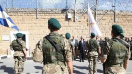 Ο Πρόεδρος της Δημοκρατίας Νίκος Αναστασιάδης καταθέτει στεφάνι στα Φυλακισμένα Μνήματα. Αριστερά ο Πάνος Καμμένος. Φωτογραφία Σταυρος Ιωαννιδης