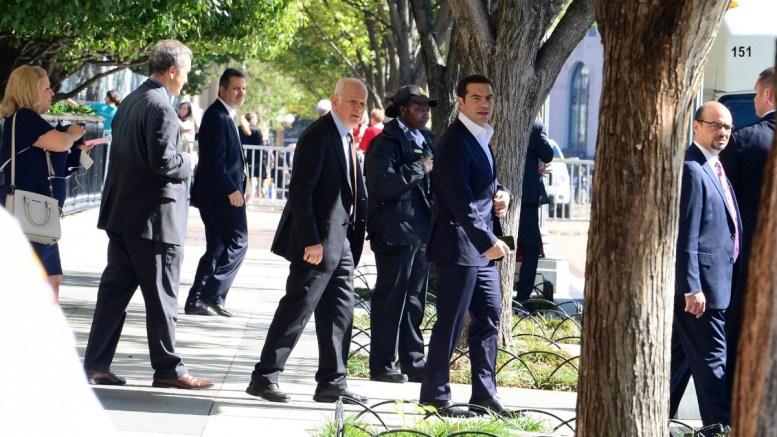 Ο πρωθυπουργός Αλέξης Τσίπρας (Κ), αναχωρεί από το «Blair House», την κατοικία στην οποία φιλοξενούνται οι επίσημοι προσκεκλημένοι ηγέτες κρατών από τον πρόεδρο των ΗΠΑ, την Τετάρτη 18 Οκτωβρίου 2017, στην Ουάσιγκτον. ΑΠΕ-ΜΠΕ, ΔΗΜΗΤΡΗΣ ΠΑΝΑΓΟΣ
