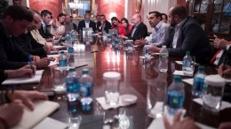 Ο πρωθυπουργός Αλέξης Τσίπρας με τους δημοσιογράφους. Φωτογραφία ΑΠΕ-ΜΠΕ