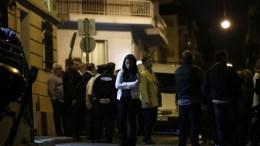 Η κόρη (Κ) και ο αδελφός (Κ-ΠΙΣΩ) του δολοφονημένου έξω από το δικηγορικό γραφείο που δολοφονήθηκε ο δικηγόρος Μιχάλης Ζαφειρόπουλος και γιος του πρώην βουλευτή της Νέας Δημοκρατίας, Επαμεινώνδα Ζαφειρόπουλου, Πέμπτη 12 Οκτωβρίου 2017. Όπως αναφέρουν τα πρώτα στοιχεία, σύμφωνα με μαρτυρία συνεργάτη του δικηγόρου, που ήταν σε διπλανό γραφείο, ο Μιχάλης Ζαφειρόπουλος άνοιξε την πόρτα της εισόδου της πολυκατοικίας σε δύο άγνωστα άτομα, τα οποία ανέβηκαν στον όροφο που είναι το γραφείο του. Ξαφνικά ακούστηκε ένας πυροβολισμός και όταν ο συνεργάτης του έτρεξε να δει τι είχε συμβεί, βρήκε τον δικηγόρο να έχει γύρει νεκρός πάνω στο γραφείο του, ενώ οι δράστες είχαν φύγει. ΑΠΕ ΜΠΕ/ΑΠΕ ΜΠΕ/ΓΙΑΝΝΗΣ ΚΟΛΕΣΙΔΗΣ