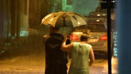 Πολίτες τρέχουν να προφυλαχτούν από την βροχή. ΦΩΤΟΓΡΑΦΙΑ ΑΡΧΕΙΟΥ. ΑΠΕ-ΜΠΕ/ΜΠΟΥΓΙΩΤΗΣ ΕΥΑΓΓΕΛΟΣ