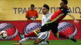 """Ο παίκτης της Εθνικής Ελλάδος, Αναστάσιος Δώνης (Κ), διεκδικεί την κατοχή της μπάλας από τον παίκτη της Εθνικής Βελγίου, Thomas Vermaelen (Δ), κατά τη διάρκεια του αγώνα ποδοσφαίρου Ελλάδα-Βέλγιο για την 8η αγωνιστική της προκριματικής φάσης του Παγκοσμίου Κυπέλλου 2018, που διεξήχθη στο στάδιο """"Γ. Καραϊσκάκης"""", στο Φάληρο, Κυριακή 3 Σεπτεμβρίου 2017. Ο αγώνας έληξε με σκορ 1-2. ΑΠΕ-ΜΠΕ/ ΑΠΕ-ΜΠΕ/ ΠΑΝΑΓΙΩΤΗΣ ΜΟΣΧΑΝΔΡΕΟΥ"""